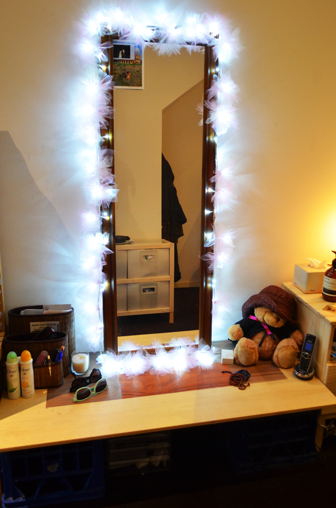 Vanity Table With Lighted Mirror Diy : Pretty Quirky Pants DIY Dressing Table